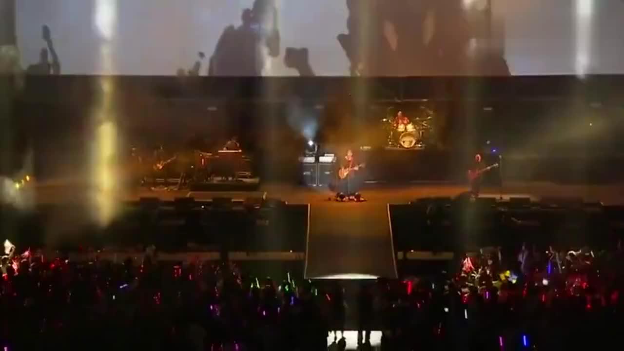 出场自带风扇的男人,演唱会座无虚席,他是当之无愧的摇滚天王!