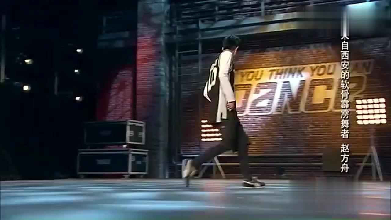 男子跳软骨霹雳舞才跳了一半方俊杨丽萍和陈小春就全站起来了