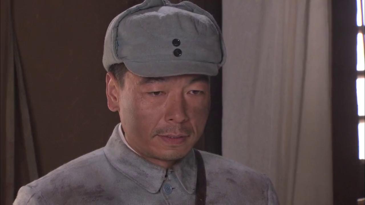 """李医生给营长拿药,回到房间后高兴的笑着""""他还活着"""""""