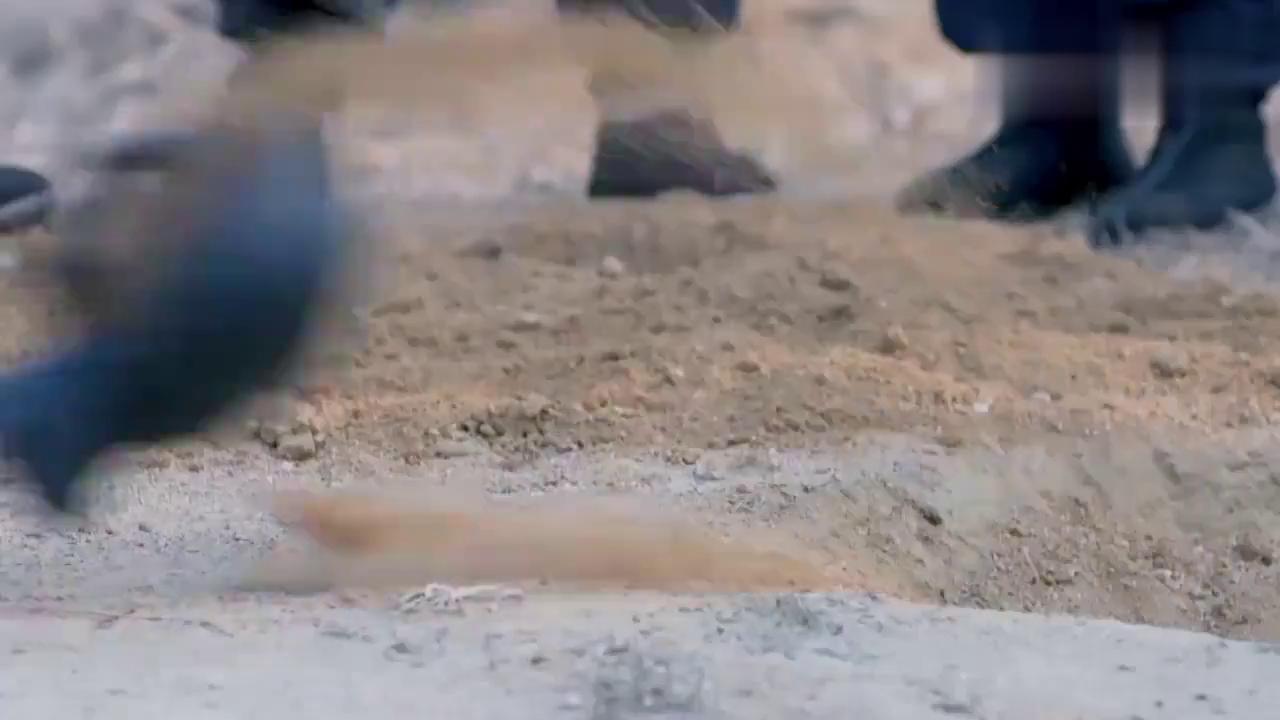 农村小伙自己发明地雷,哪料在村民面前展示,下秒大伙都沸腾了