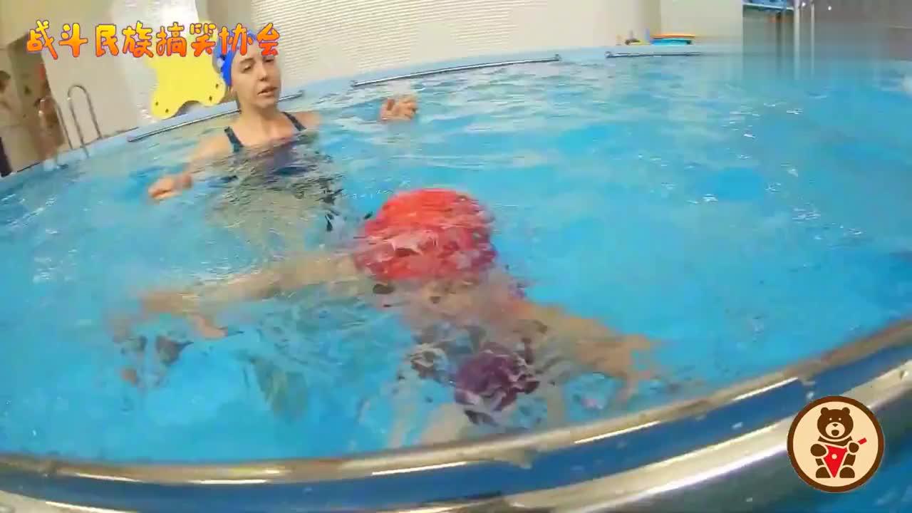 """战斗民族游泳界的""""未来之星""""两岁半萌娃的水中表现堪称完美"""