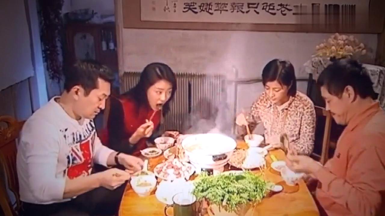 一家四口吃火锅,马大帅却一个劲只顾埋头吃,吃的满嘴都是油