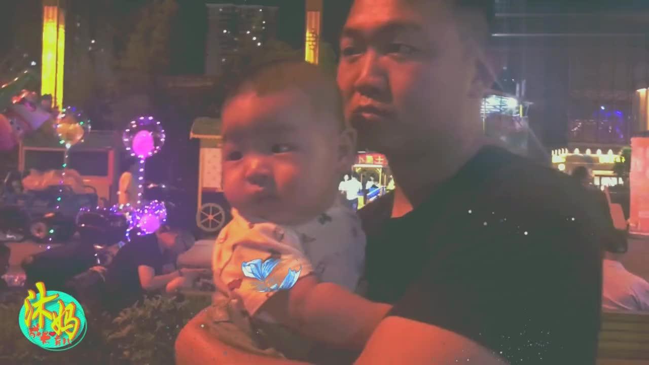 晚饭过后一家三口逛商场,游乐设施太多了,个月的宝宝看呆了!