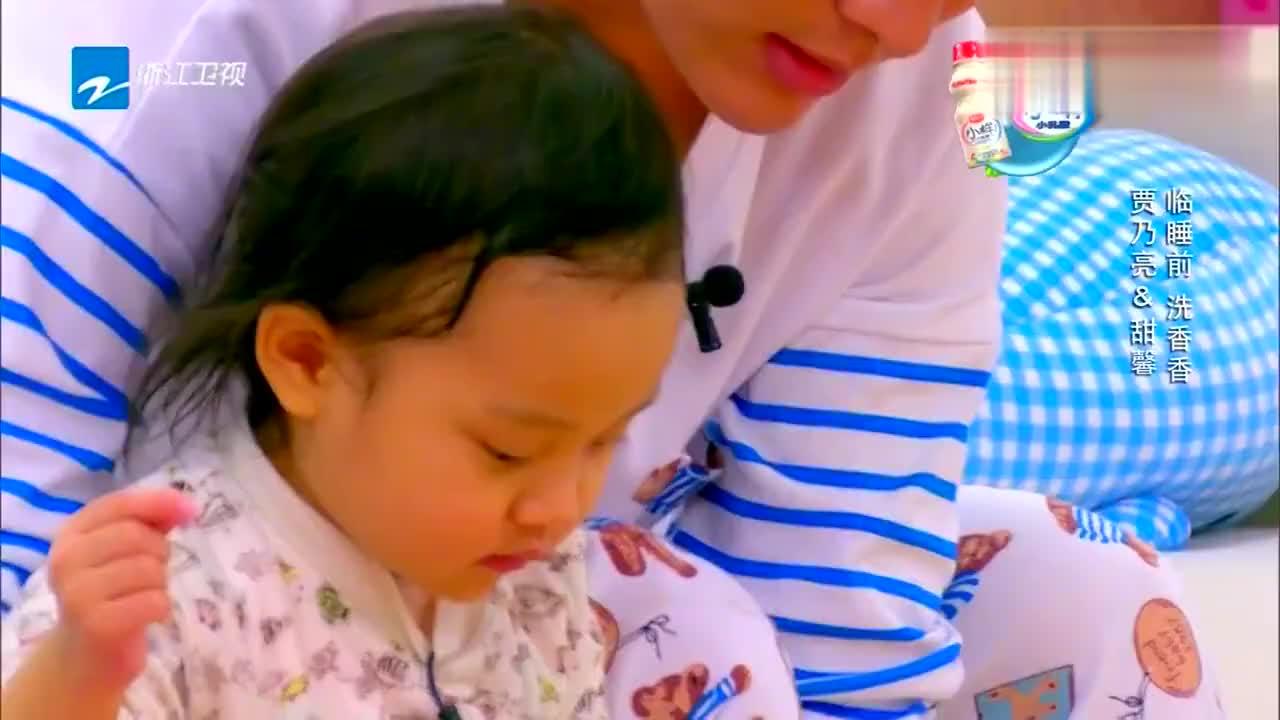 看惯了甜馨嫌弃乃爸,还没看过甜馨这样,贾乃亮都感动的想哭