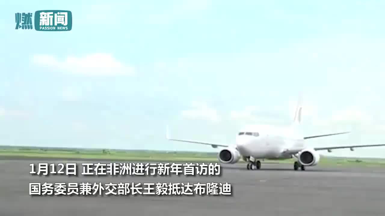 帅呆了王毅访问非洲布隆迪刚下飞机就即兴来了段敲鼓演奏