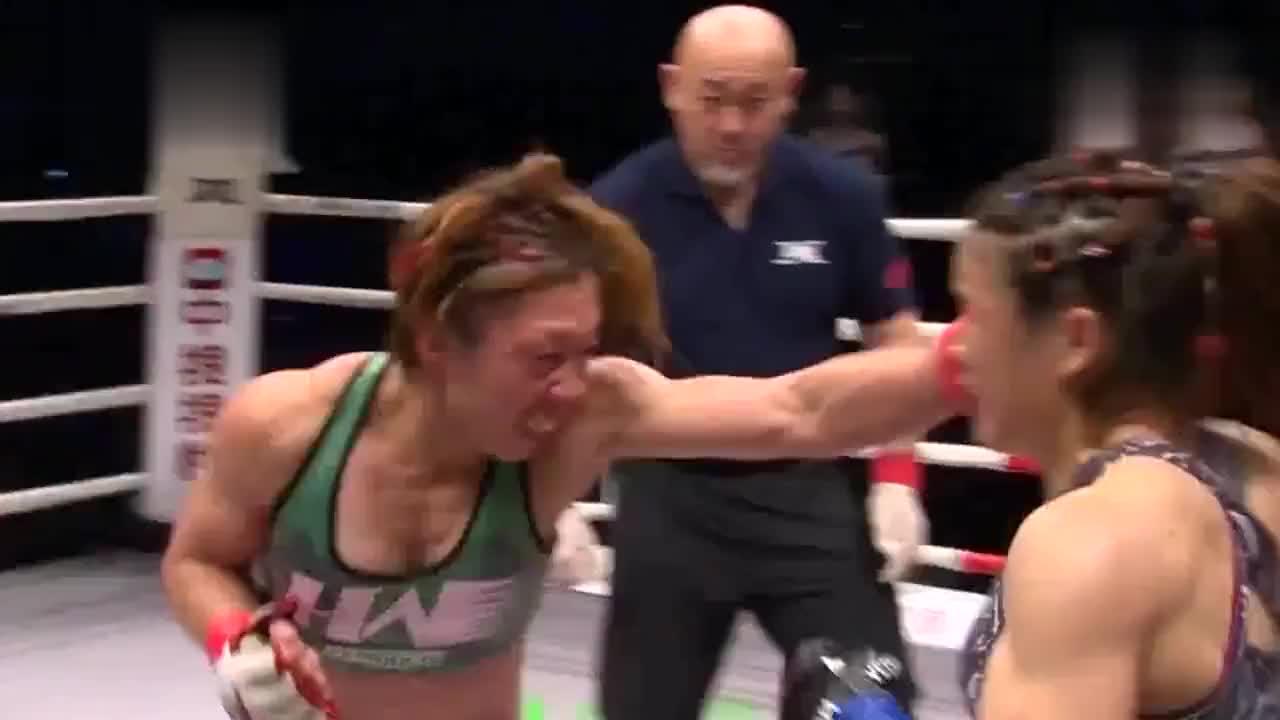 格斗女王张伟丽大战日本悍将,擂台重拳出击,对手被打的满脸流血
