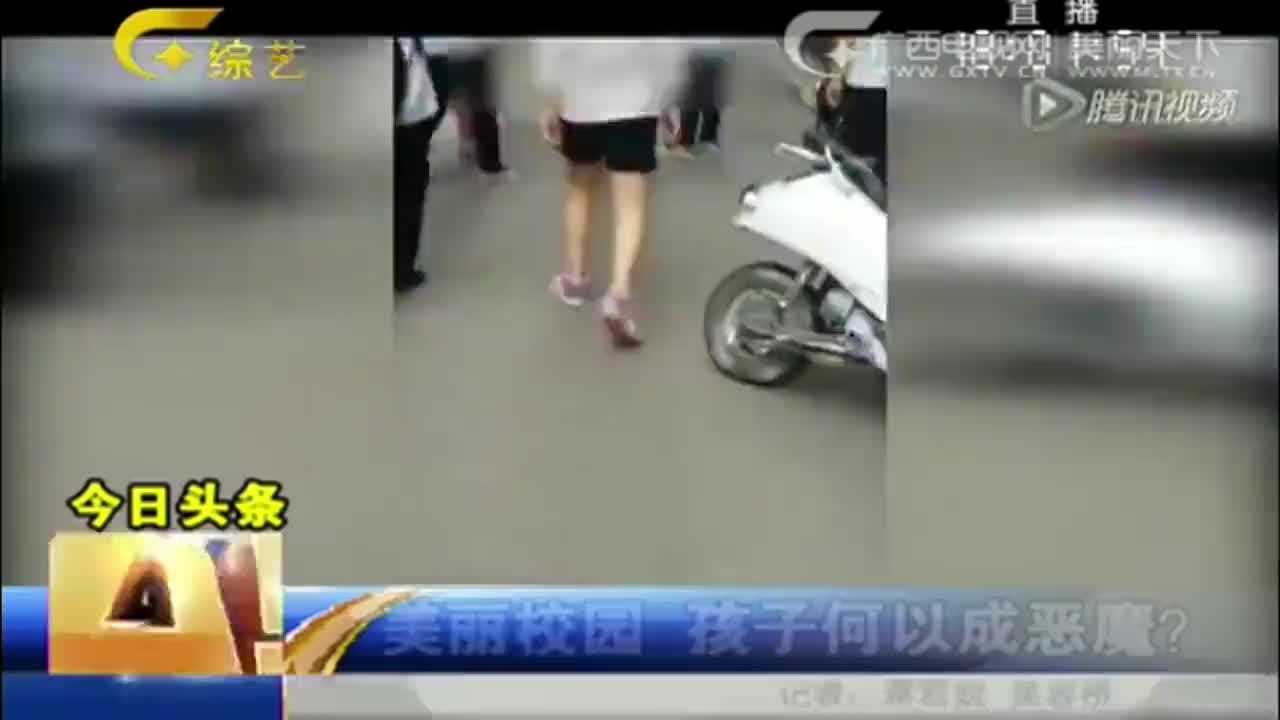 众多女生围堵女孩对其打骂拍下视频男同学出言劝阻也遭殴打