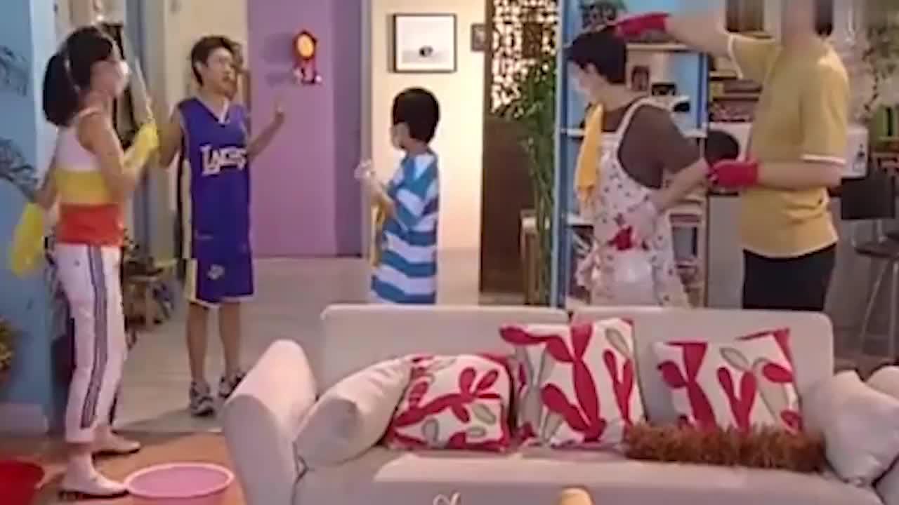 家有儿女刘星刚回家老爸直接命令小雨给刘星刷牙还得刷3遍