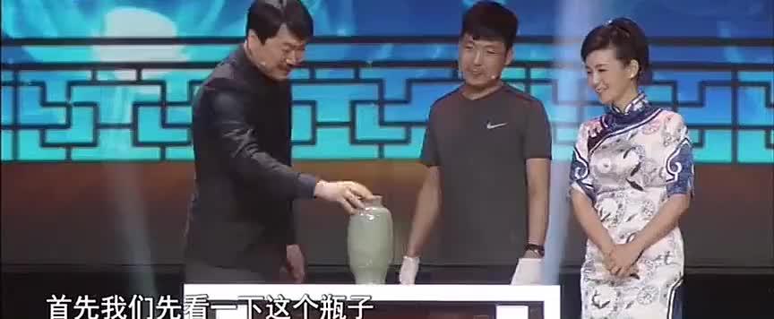 """鉴宝:藏友带来龙泉窑的梅瓶,崔凯教你""""龙泉窑""""露胎特点"""