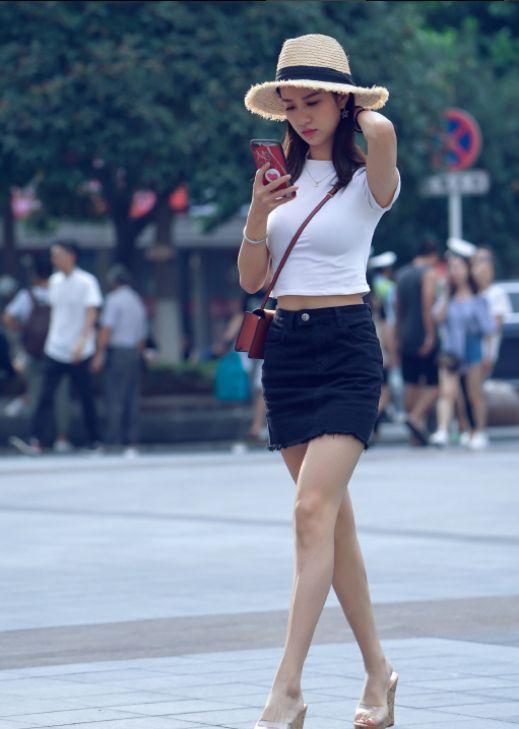 街拍:牛仔裤搭配衬衣领夹克,戴着小巧的八角帽,更显时尚娇美