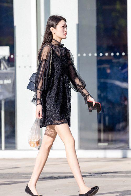 街拍:美女身材曲线紧致,身穿透视薄纱裙若隐若现,高雅又有品味