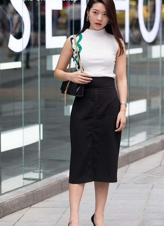 街拍:小姐姐黑色的上衣搭配鱼尾似的半身裙,真是时尚又个性