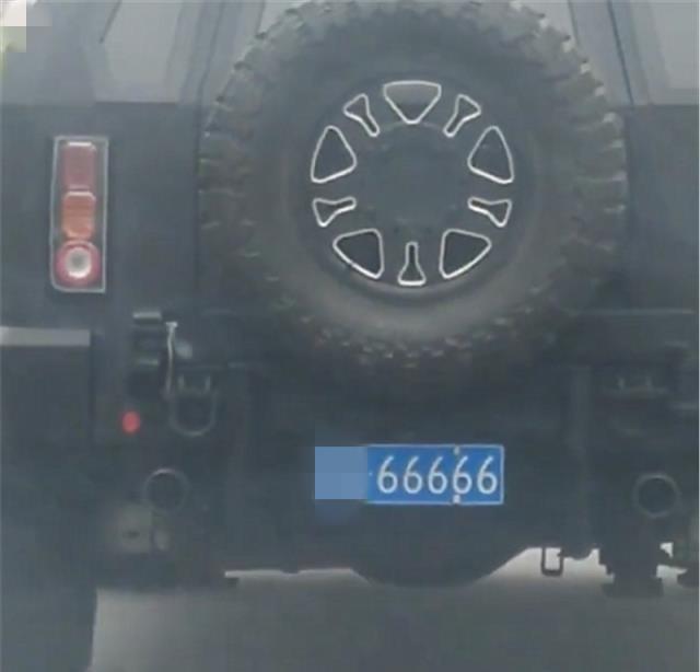 战车乔治巴顿现身街头,国内仅30台,挂炸弹车牌,普通人不敢开