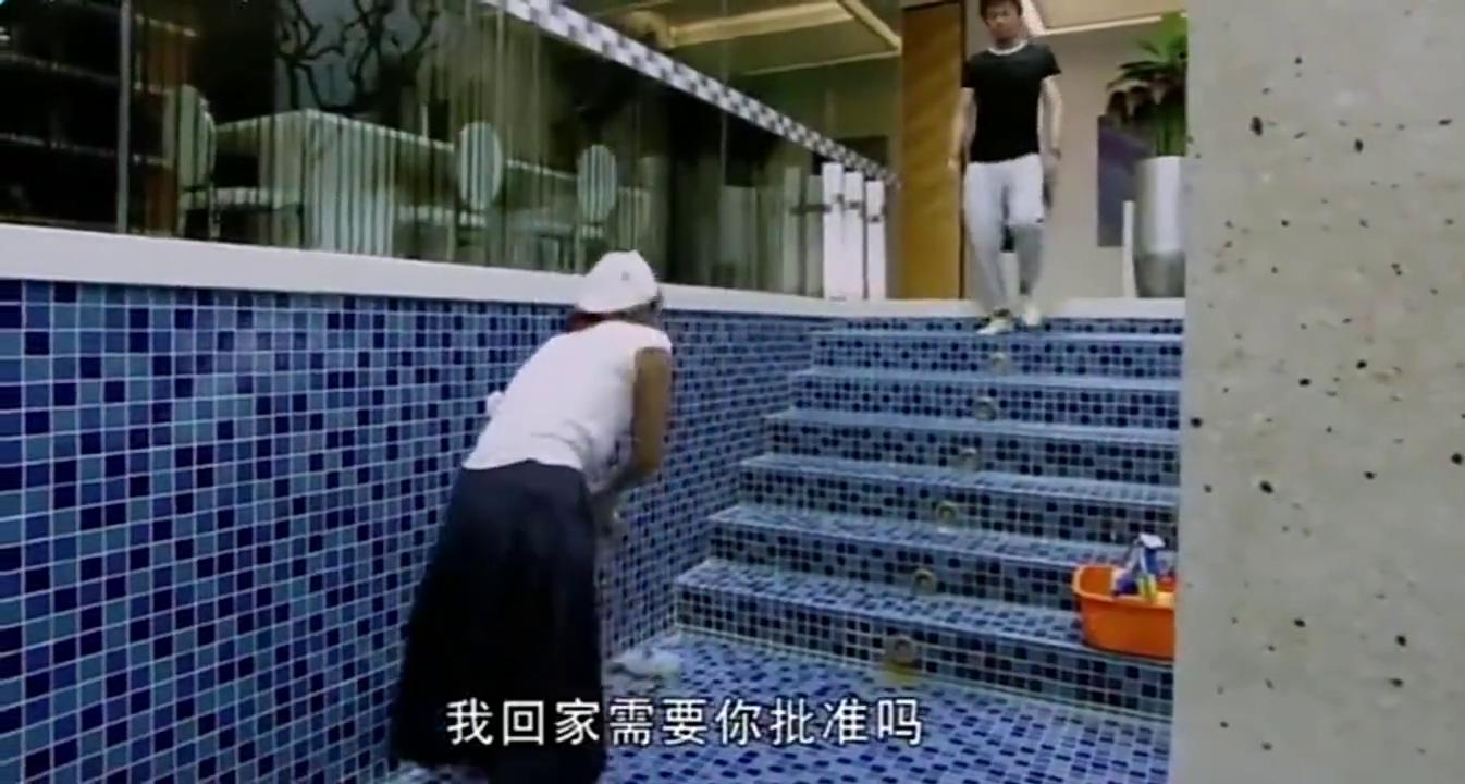 土豪家游泳池又大又深,保姆打扫卫生太累,让土豪赶紧填平了!