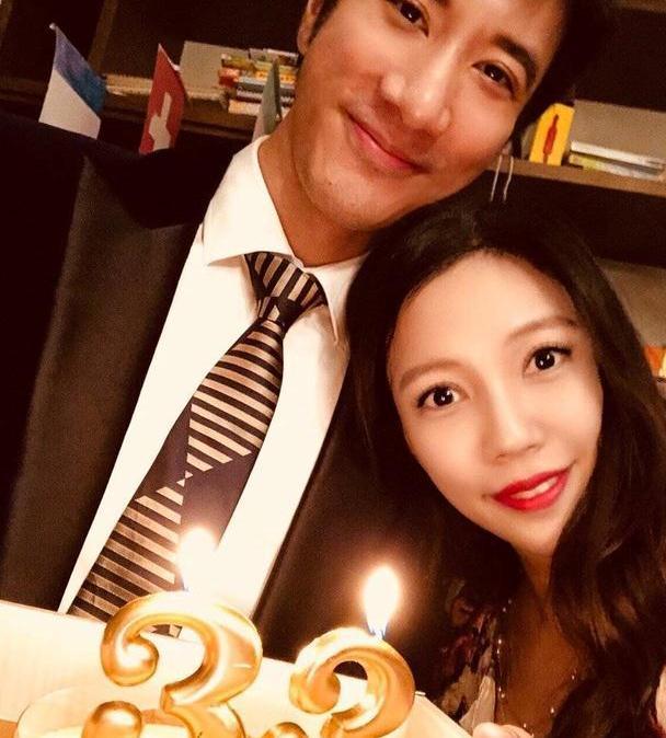 王力宏娇妻晒母子照,弟弟躲怀抱好可爱,33岁李靓蕾穿吊带裙抢镜