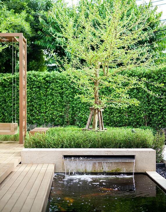 庭院设计:有鱼池有水景还有防腐木座椅,这样的庭院真的舒服极了图片