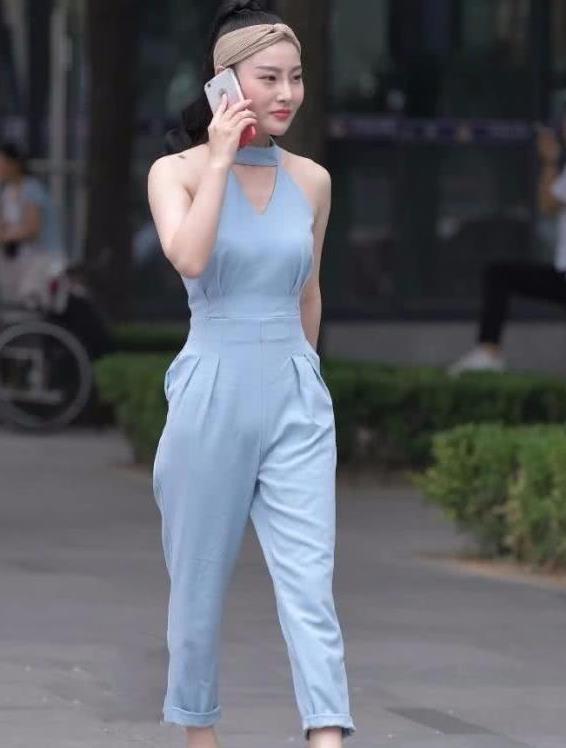 街拍:明眸善睐的美女,一件浅蓝色的套装连体裤,时尚达人气质