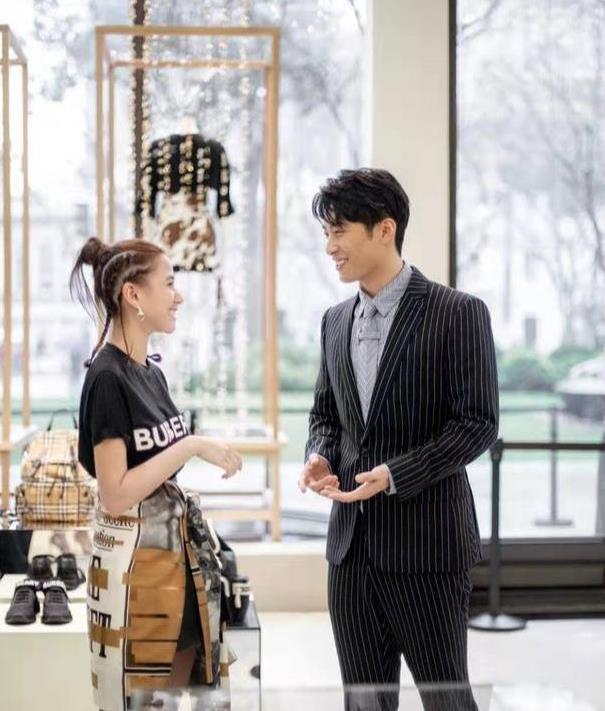 何超莲男友窦骁不满在机场被偷拍 疑似抢夺粉丝手机却被网友大赞