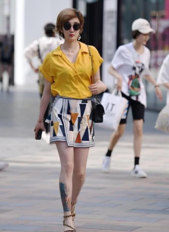 街拍:花枝招展的美女,一件衬衫短袖配花色短裙,时尚魅力气质