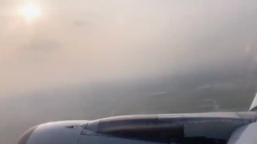 西藏拉萨乘坐波音飞机穿梭飞行机翼视角记录美好