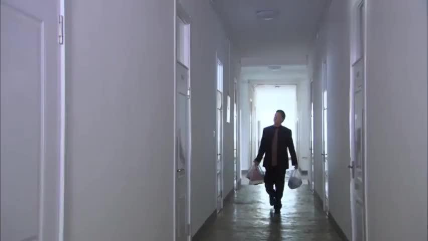 富豪老头得知美女得病竟跑到女生宿舍来看望她可怜男友还不知