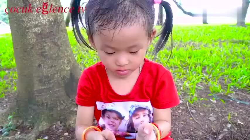 儿童趣味游戏小女孩的小汽车轮子脱落了