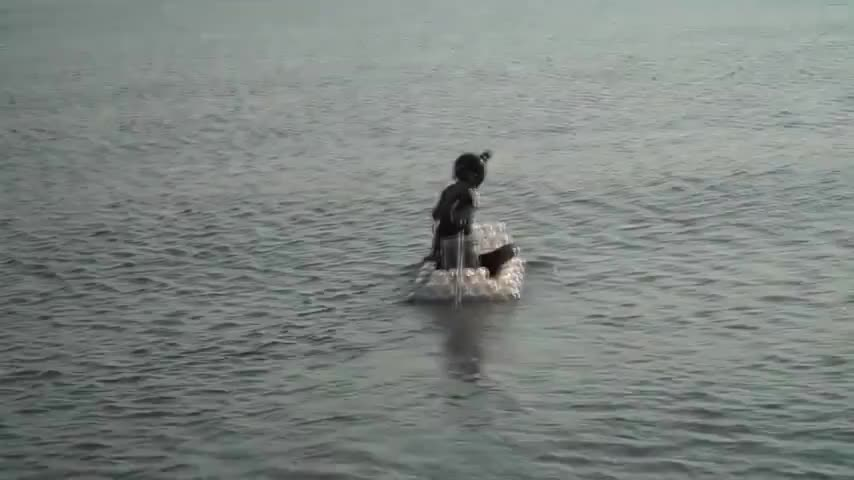 用塑料瓶自制小船浮力大成本低网友这才是真正的废物利用