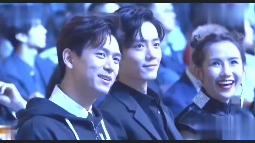 两大帅哥肖战李现同框啦台下两人坐在一起画面十分养眼