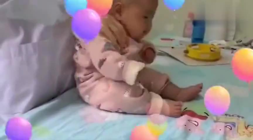医生给小宝宝做身体检查,不料宝宝像玩偶一样,被医生推来推去的