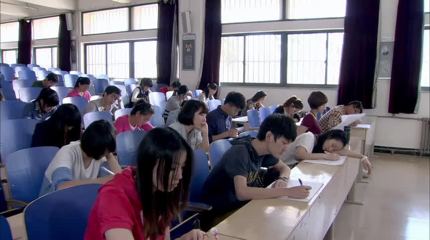 学生考试时睡觉,恐高老师不及格就罚你去蹦极,哪料学生兴奋了
