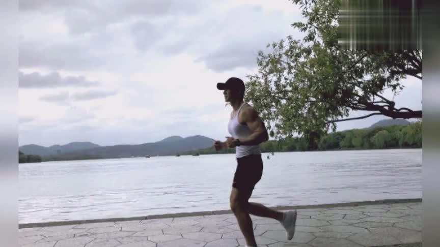刘畊宏与妻子王婉霏一同慢跑10公里,两人西湖边牵手拍浪漫美照
