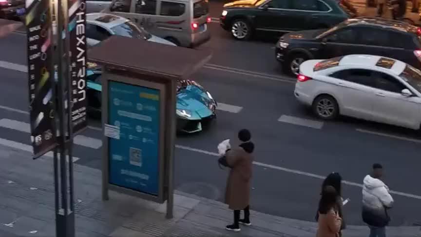 街头偶遇兰博基尼莫名炸街原因是前面堵车厉害了