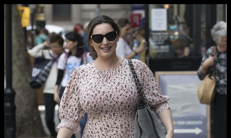 女星凯莉·布鲁克身穿印花裙现身街头,她的打扮很有味道