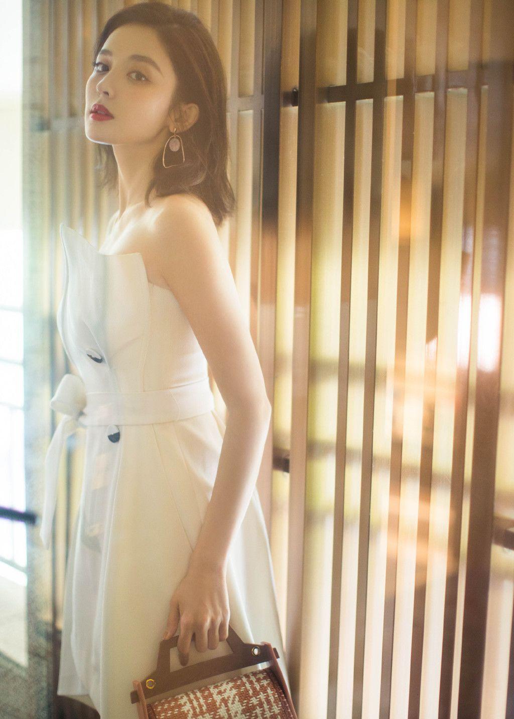 娱乐圈的大美女古力娜扎,灵气内敛,俏皮可爱,眉目间吸烟美女充满的沉静视频图片