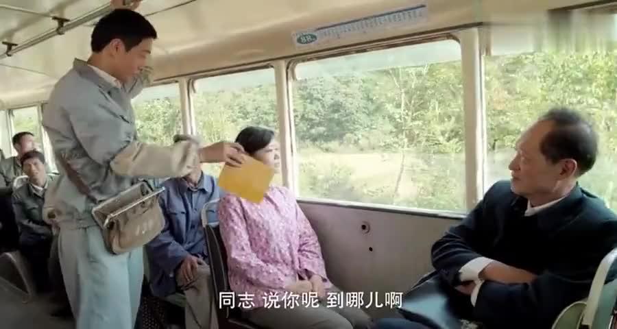 村妇坐公交车不买票说是司机的亲戚,司机怒怼我爸我妈也得买