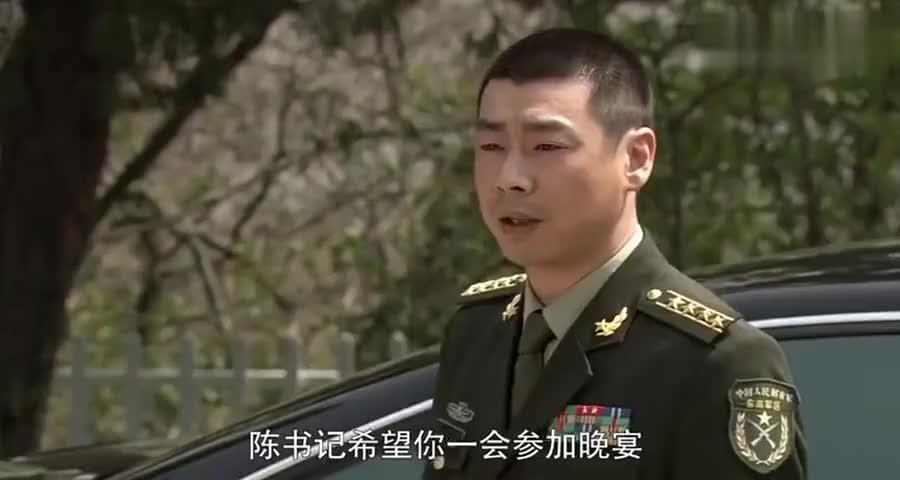 女兵去战友家做客,不想战友父亲是战区司令,顿时吓得不敢动了