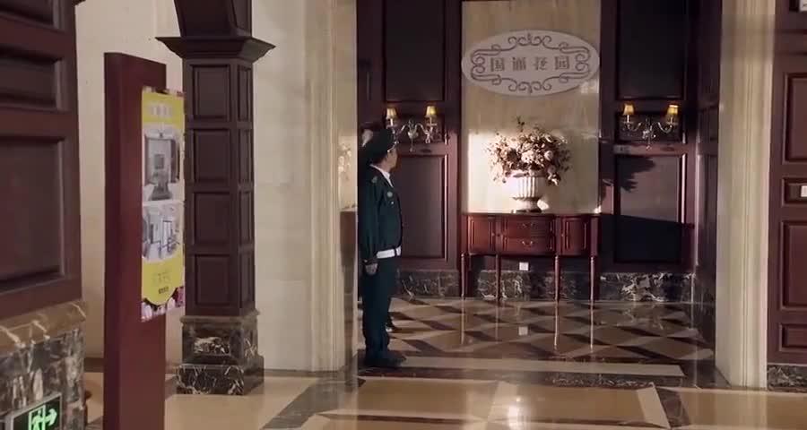 保安不认识董事长按公司规定不给董事长进门,反被董事长欣赏