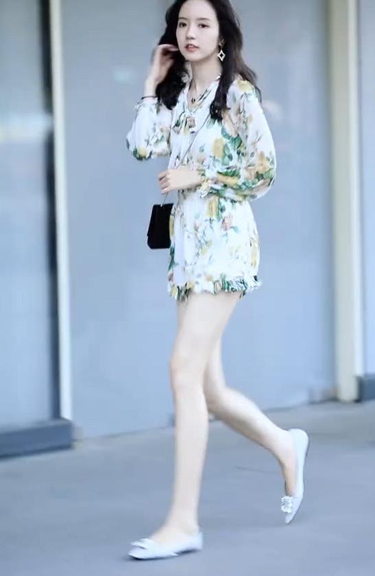 """街拍:美女一身清新小碎花,搭配尖头平底鞋,秀出感性""""好身材"""""""