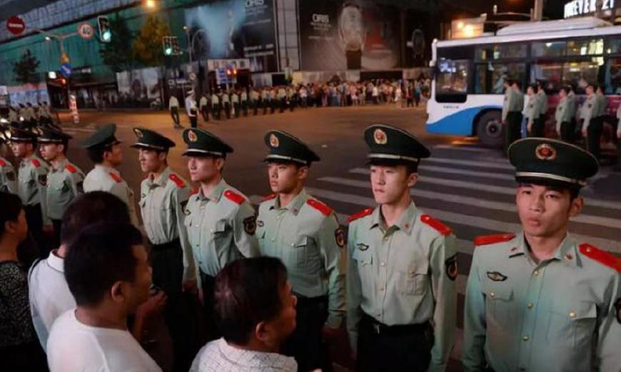 上海外滩武警用人墙的方式维持秩序,值得我们深思!