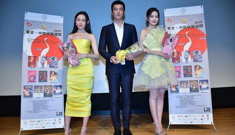 李沁与张天爱同台比美, 穿黄色裙装, 一个自信优雅, 一个活泼可爱