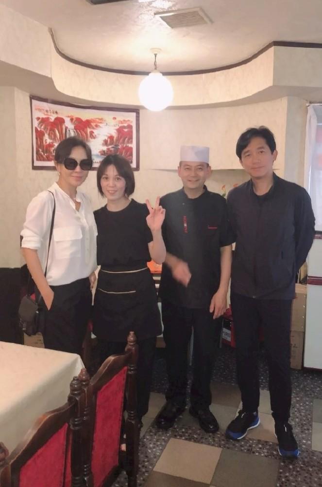 刘嘉玲陪梁朝伟度假,一身打扮A爆了,人到中年也要活得精致