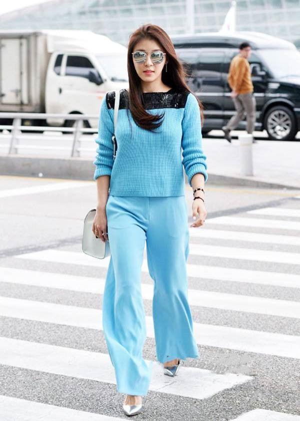 街拍:蓝色套装毛衣,在初春,穿着它,就像永远呆在天上