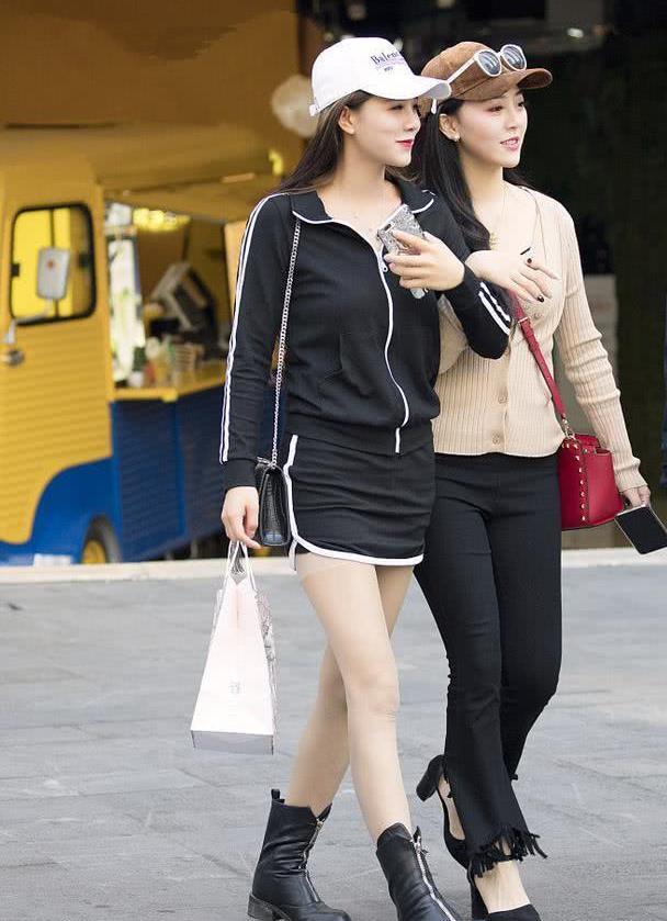 """路人街拍:爱上辣妈们的""""脱颖而出""""装扮,新潮时尚,真好看!"""