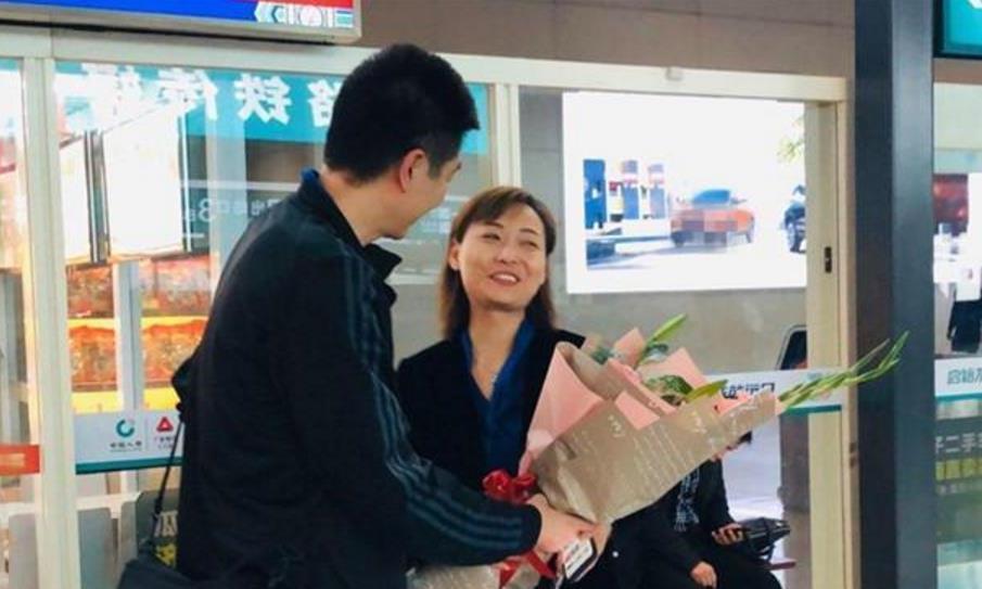 温馨感人!返乡后先给自己的爱人献花,女排助教还有很大提升空间