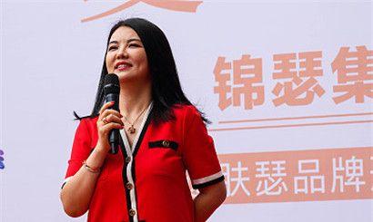 李湘p57多少钱_辣妈李湘现身广州出席品牌活动,红裙美艳秀瘦身成果