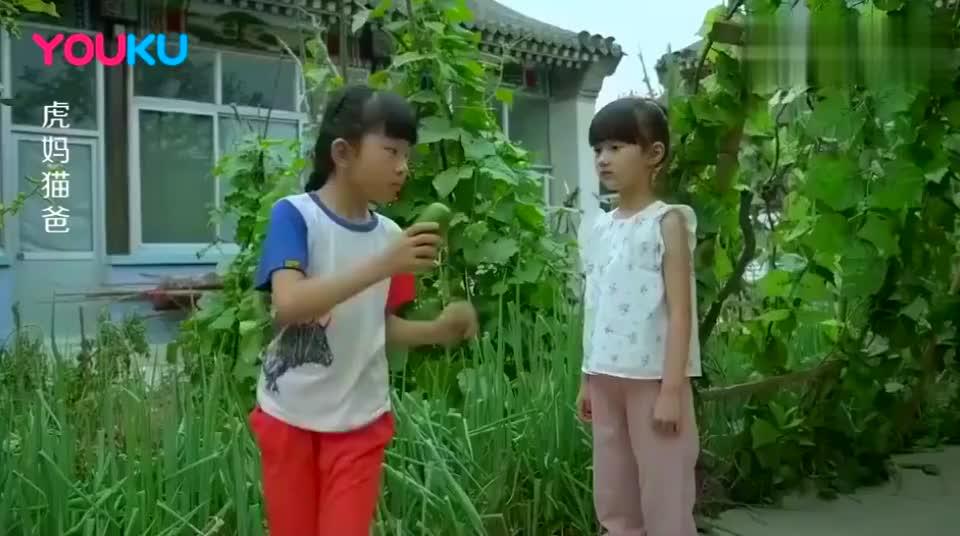 城里女孩公主病嫌弃农村姑娘脏,竟往她嘴巴里塞消毒巾