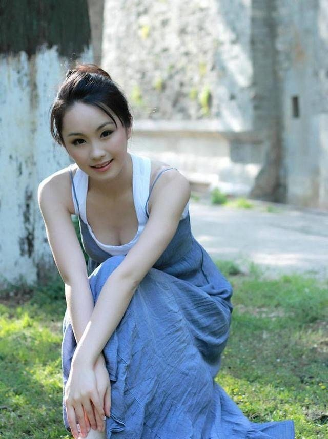 街拍:穿蓝裙的美女,一脸的胶原蛋白,展现年轻时尚的魅力!