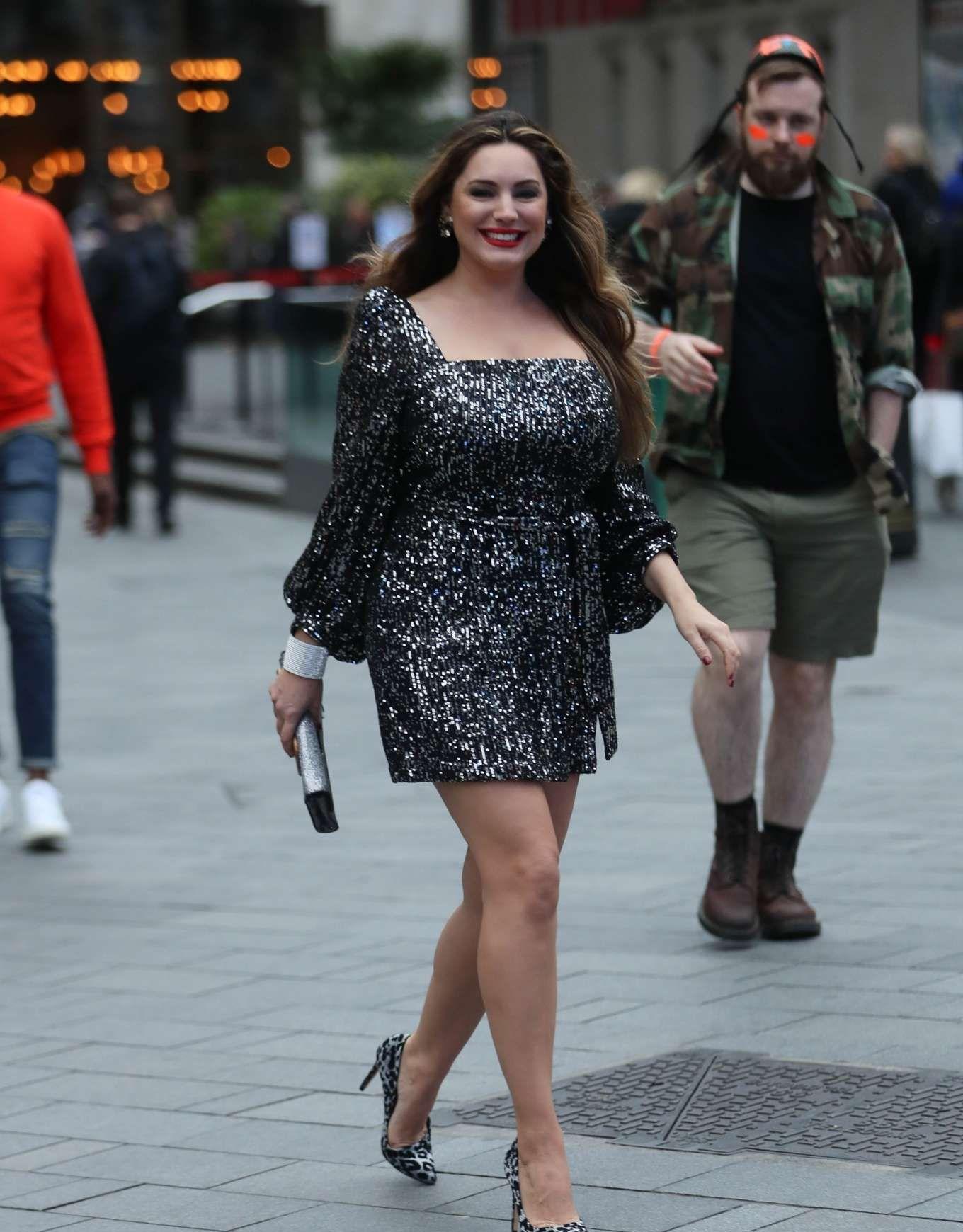 """英国女星街头出行,优雅""""胖女神"""",昔日街拍""""靓照""""更为亮眼"""