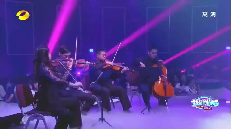徐佳莹与歌迷演唱失落沙洲听着就是一种享受两歌迷竟然是双胞胎