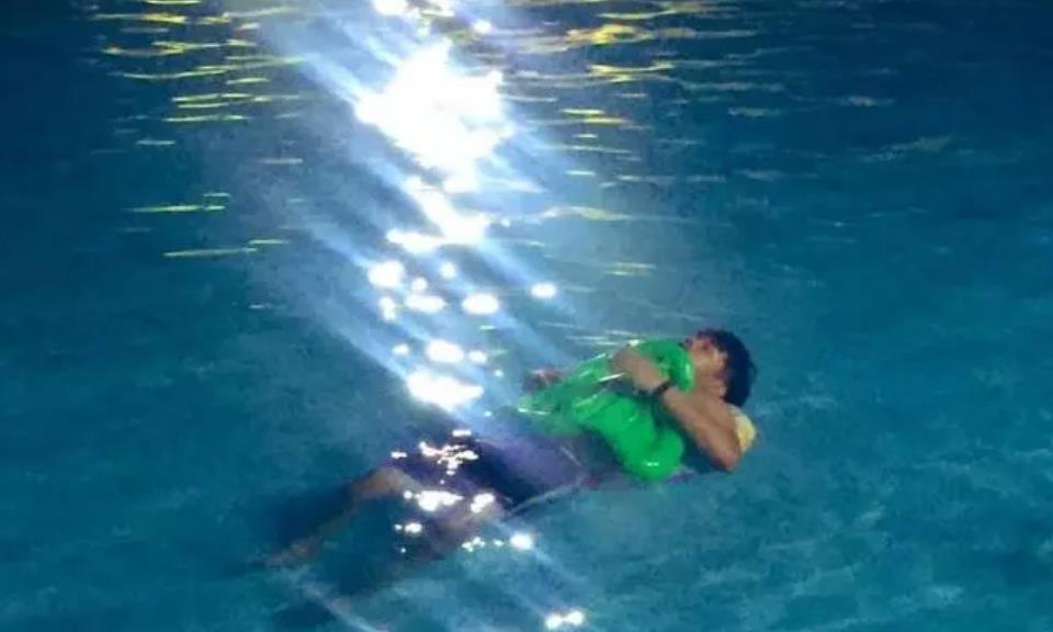 奇葩穷游,7人挤一个标间,房间睡不下,到泳池里过夜